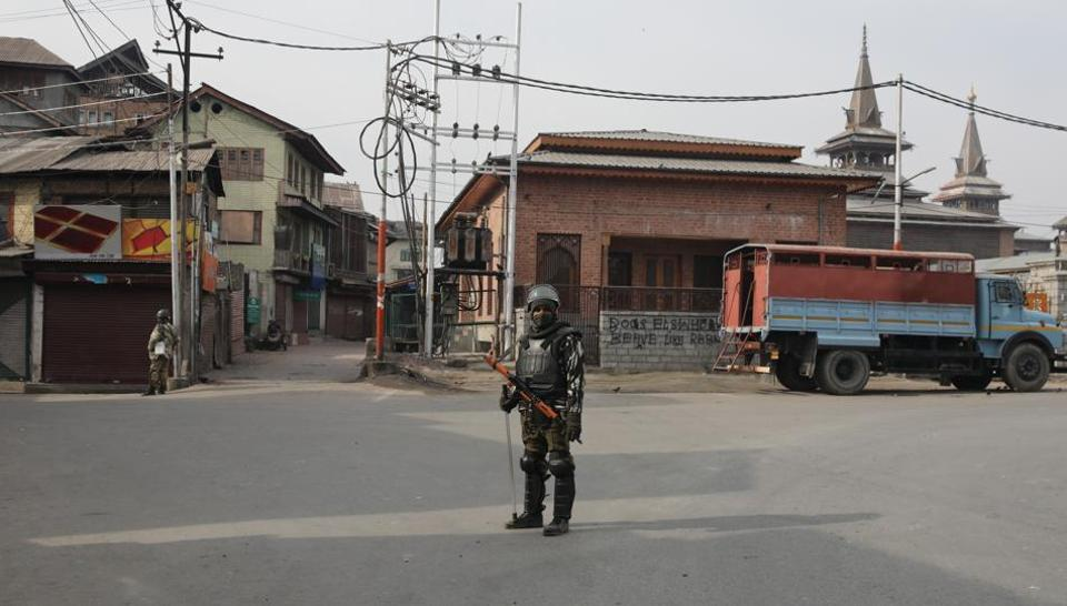 Paramilitary soldiers stand guard during restrictions in Srinagar during a separatist-called shutdown to protest against the killing of two civilians in Shopian. (Waseem Andrabi / HT Photo)