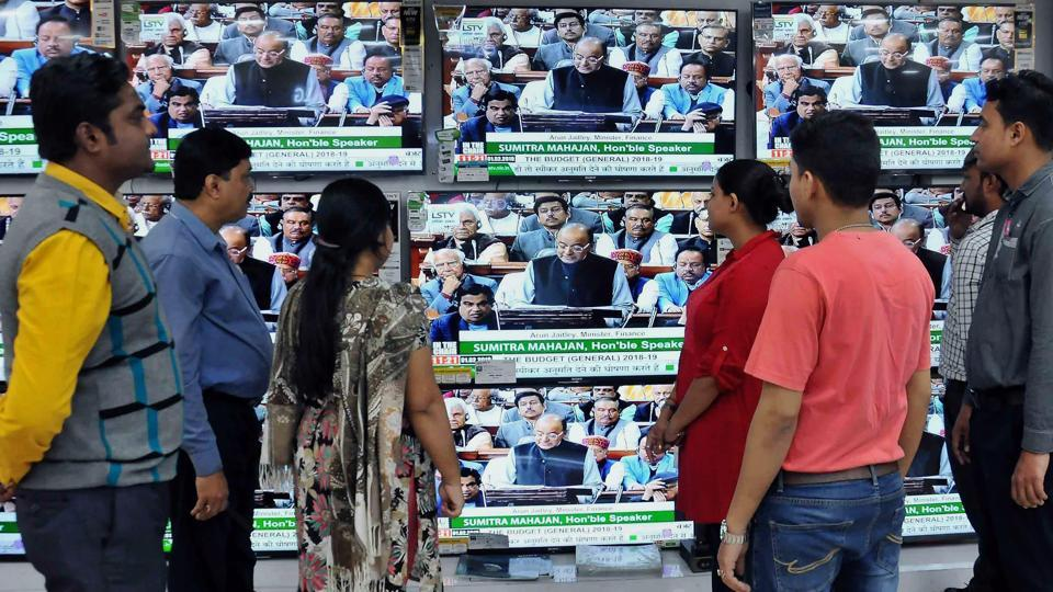 By-passers watch the live telecast of Union Budget 2018-19 session being presented by Union finance minister Arun Jaitley, in Kolkata on Thursday.