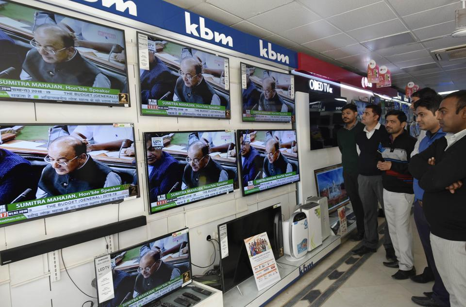 New Delhi, India - Feb. 1, 2018: People watch Finance Minister Arun Jaitley present the 2018-19 Union Budget at a TV showroom in East Delhi, India, on Thursday, February 1, 2018. (Photo by Vipin Kumar/ Hindustan Times)