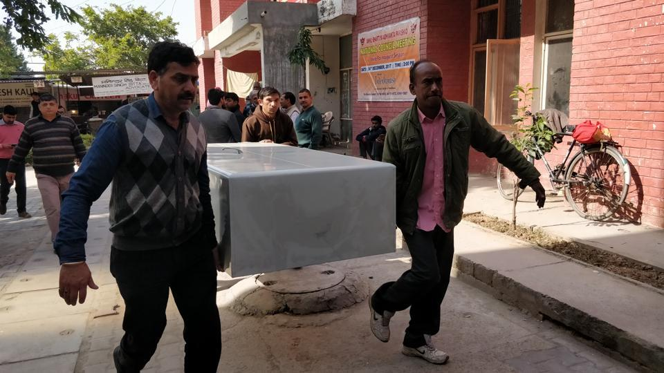 CBI staff taking an almirah into the  CBI court to store the documents related to the Manesar land scam chargesheet.