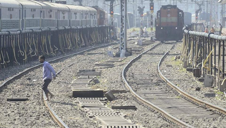 UP,Suicide,Krishna Nagar railway station