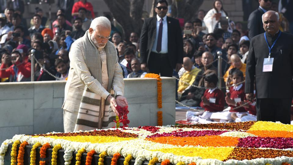 PM Narendra Modi pays homage to Mahatma Gandhi on his 70th death anniversary, also observed as Martyrs' Day at Rajghat in New Delhi on January 30, 2018. (Arvind Yadav / HT Photo)