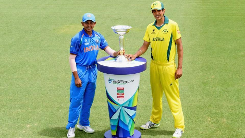 Captains Prithvi Shaw of India and Jason Sangha of Australia (L-R) pose with the U-19 cricket World Cup trophy during a pre-final media opportunity at Bay Oval on Friday.