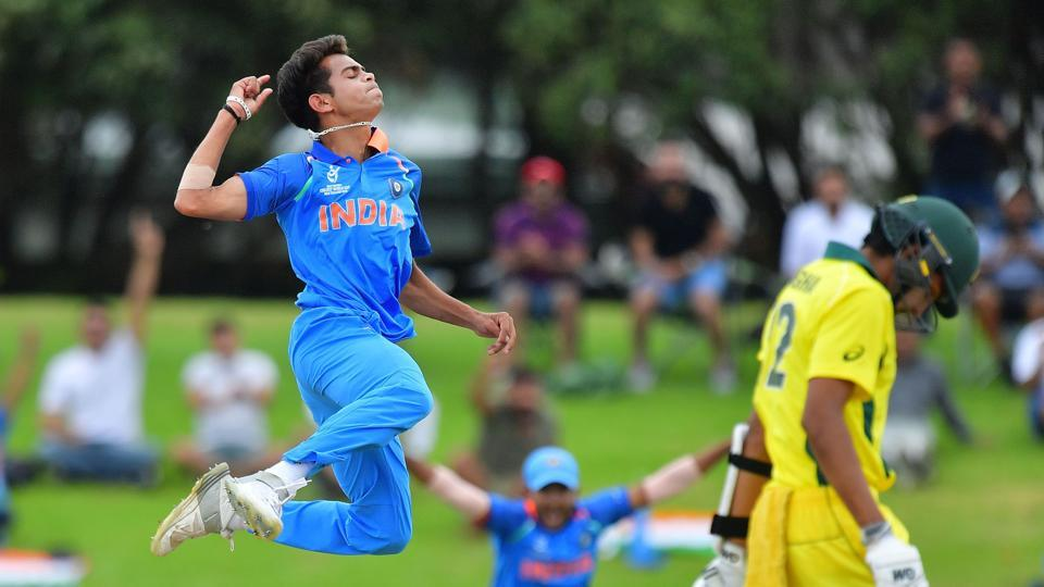 Kamlesh Nagarkoti (L) removed Australian captain Jason Sangha to pile on the pressure. (AFP)