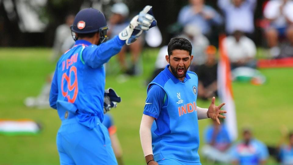 Shiva Singh (R) and Anukul Roy got two wickets each to help India restrict Australia to 216. (AFP)