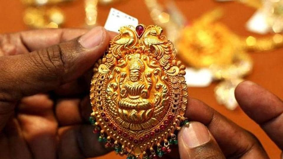 The Gamdevi police are trying to trace the identity of a man who allegedly stole jewellery worth Rs73 lakh from a diamond merchant's residence.