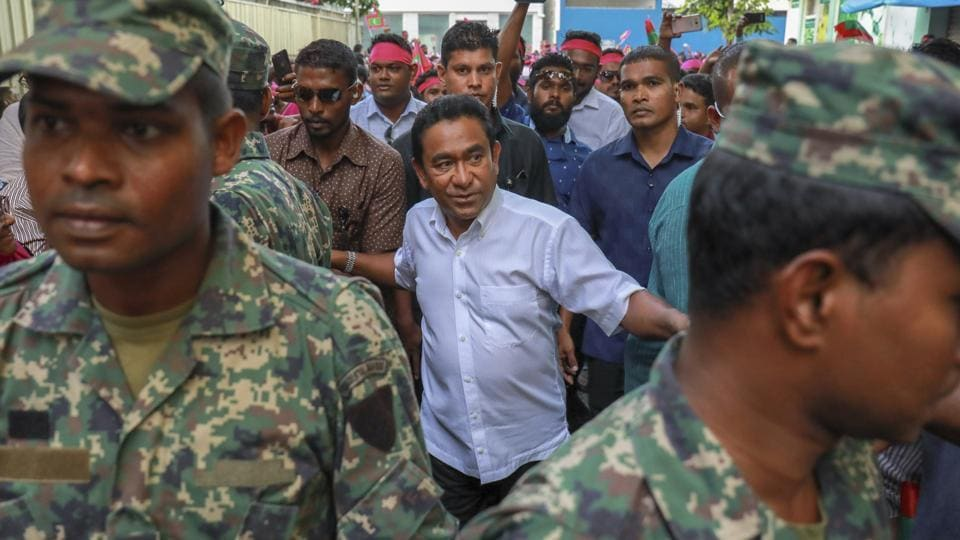 Maldivian president Yameen Abdul Gayoom (centre) surrounded by his bodyguards arrives to address his supporters in Male onSaturday.