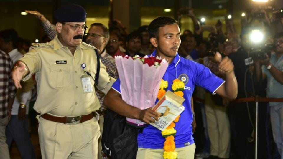Prithvi Shaw gestures towards the crowd at the Mumbai airport on Monday. (Vijayanand Gupta/HT Photo)
