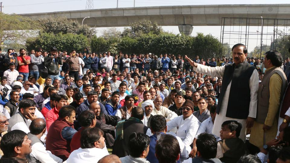 Even as opposition parties mounted their protest, Noida MP and Union culture minister Mahesh Sharma met Jitendra Yadav family and supporters outside Fortis Hospital, Noida, on Monday.