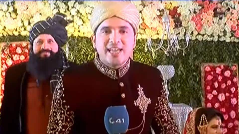 Appearing on-air in his wedding attire and armed with a mic, Hanan Bukhari interviewed his family members including his father, wife and mother-in-law about the ocassion.