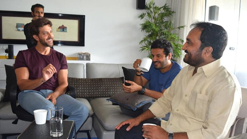 Hrithik Roshan, Anand Kumar and Vikas Bahl discussing the film's idea.