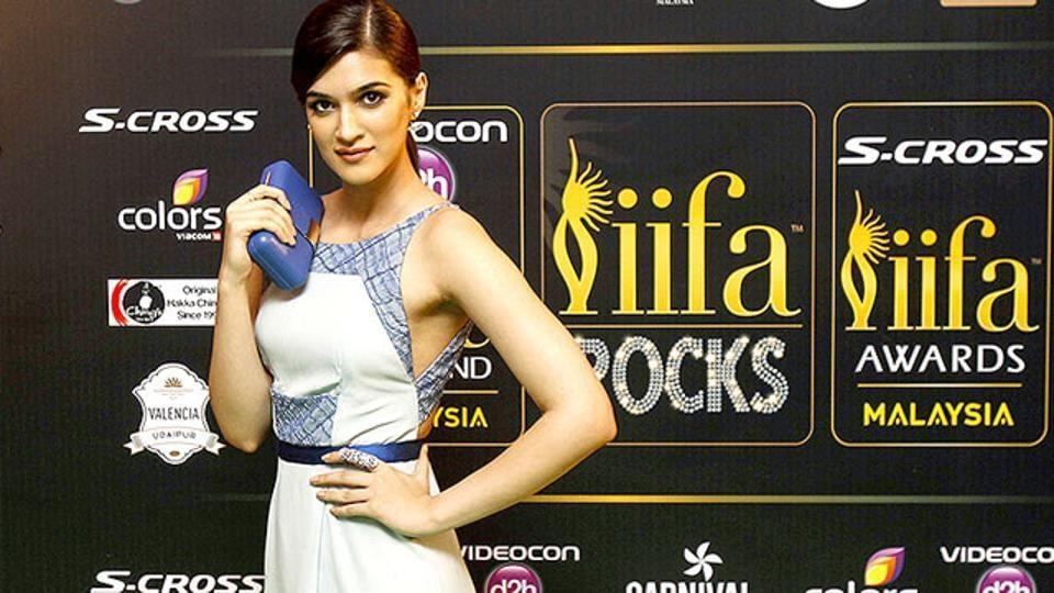 Kriti Sanon arrives on the 'green carpet' for the event titled IIFA Rocks! (AP Photo)