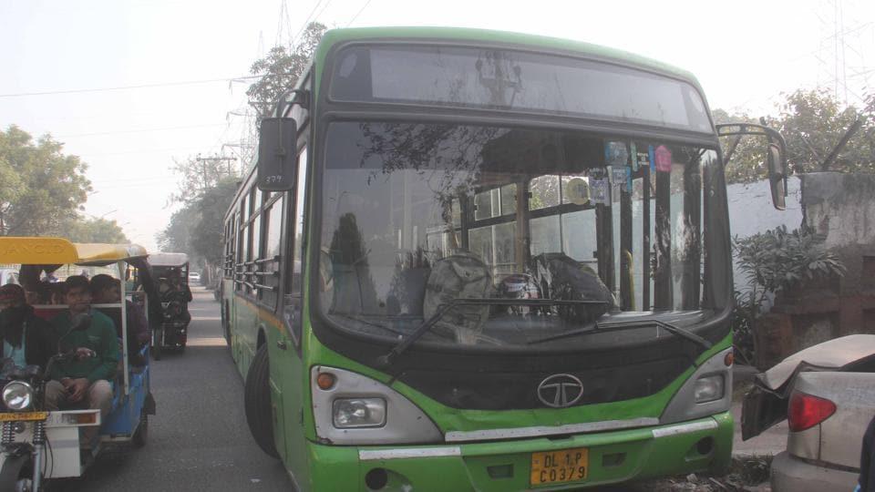 delhi news,boy run over by bus,bus crushes boy