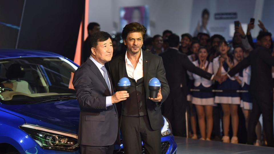 Bollywood actor Shahrukh Khan (R) with MD and CEO Hyundai Motors India Ltd, Y K Koo, launched the Swacch Can, a portable bin for all Hundai cars during Auto Expo 2018 in Greater Noida on February 8, 2018. (Burhaan Kinu / HT Photo)