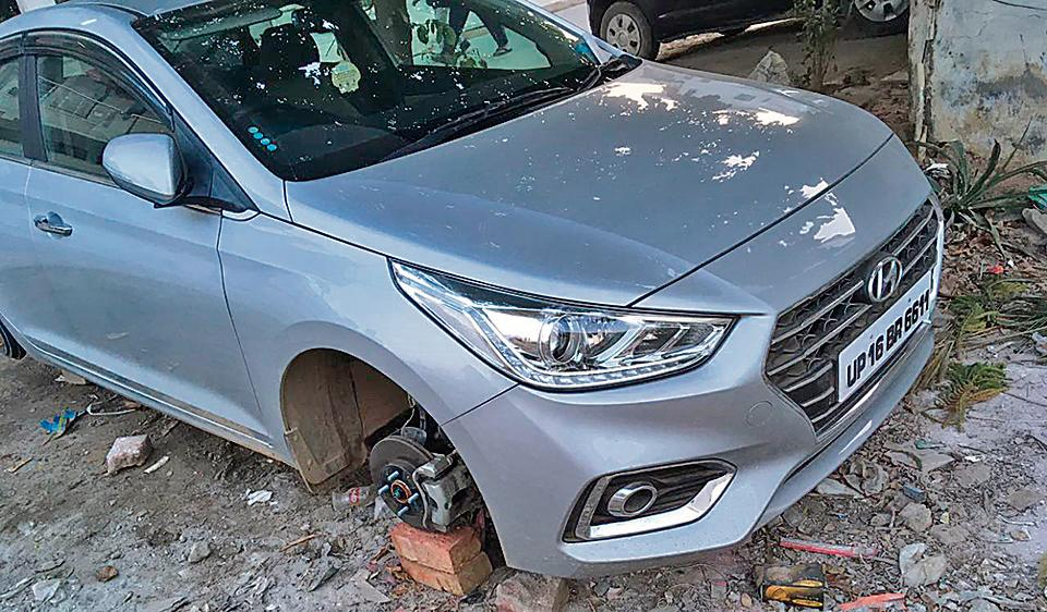 In the first case, the thieves stole the wheels of a Hyundai Verna outside a house in Sector 57.
