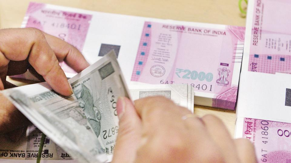 A bank staff member counts Indian 500 rupee notes to give to customers on November 24, 2016. The Reserve Bank of India's weekly statistical supplement showed the overall Forex reserves rose to $421.91 billion from $417.78 billion reported for the week ended January 26.