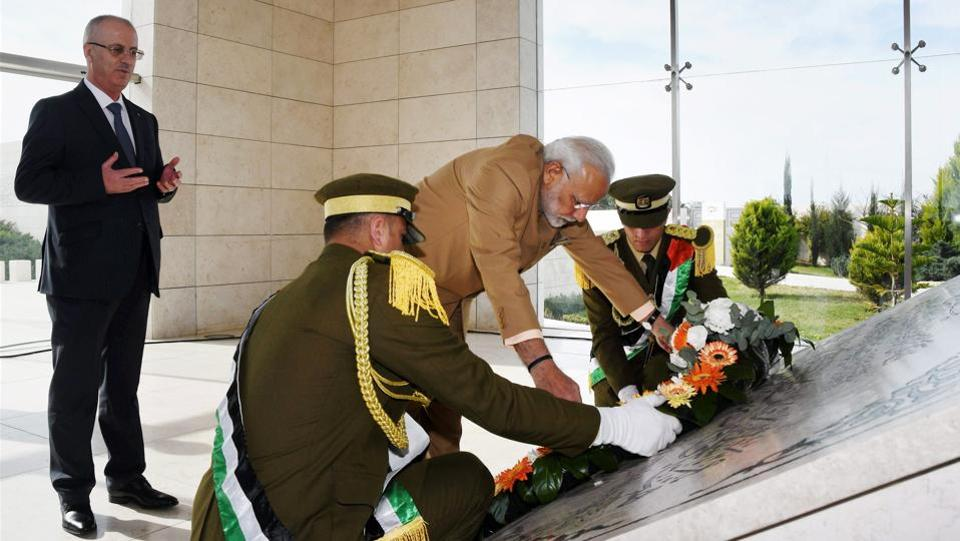 Upon his arrival Modi laid a wreath at the Mausoleum of Late President Yasser Arafat in Ramallah on Saturday, with Palestinian Prime Minister Rami Hamdallah (L) accompanying him. (PTI)