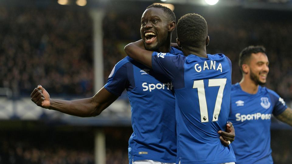 Everton's Oumar Niasse celebrates scoring their second goal vs Crystal Palace with teammate Idrissa Gueye.