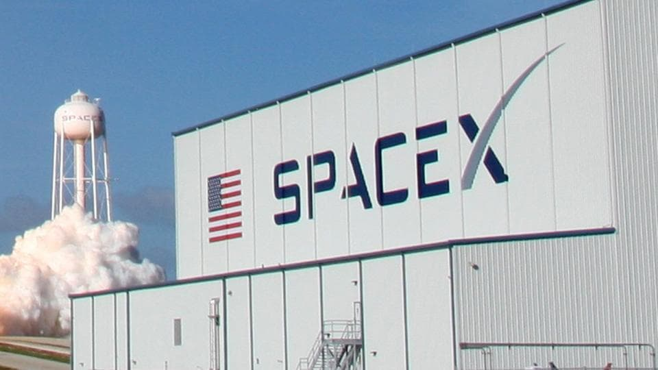 FCC chair backs SpaceX plan to provide broadband by satellite