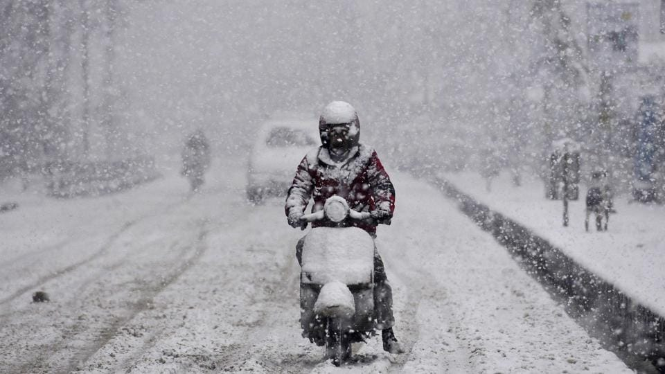 Many areas in Jammu and Kashmir and Himachal witnessed fresh snowfall. Kashmir's links with the rest of the country were snapped as the arterial Jammu-Srinagar National Highway was closed due to the accumulation of snow around Jawahar Tunnel in the Qazigund area. (Waseem Andrabi / HT Photo)