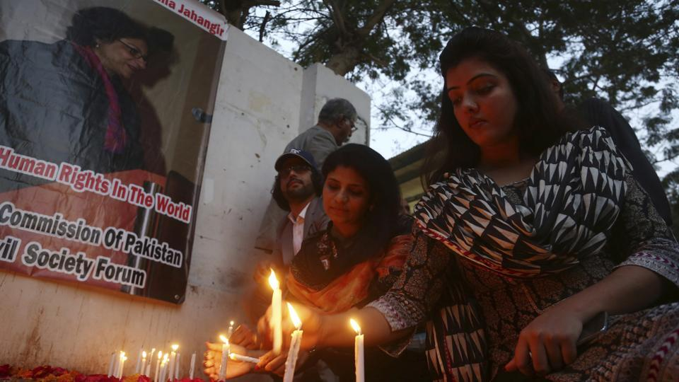 Pakistani students light candles to pay tribute to Pakistani human rights activist Asma Jehangir in Karachi on Monday.