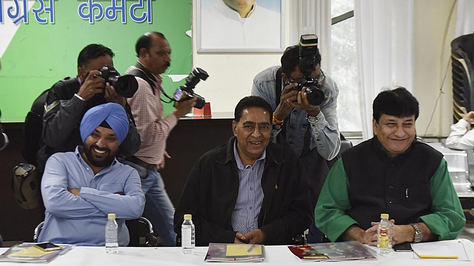 Haroon Yusuf (R), Subhash Chopra (C) and Arvinder Lovely (L) share a light moment during a meeting called by the Delhi Pollution Control Committee  (DPCC)  President Ajay Maken at Rajiv Bhavan in New Delhi. (Mohd Zakir/HT PHOTO)