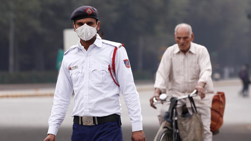 A traffic policeman wearing a mask to protect himself from dust and air pollution in New Delhi.