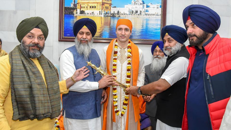 Canadian Prime Minister Justin Trudeau being honoured by SGPC president Gobind Singh Longowal (2L), SAD president Sukhbir Singh Badal (2R), Punjab local bodies minister Navjot Singh Sidhu (R), Delhi Sikh Gurdwara Management Committee president Manjit Singh GK (L) and SGPC chief secretary Roop Singh (3R) at information office outside Golden Temple in Amritsar on Wednesday. (HT Photo)