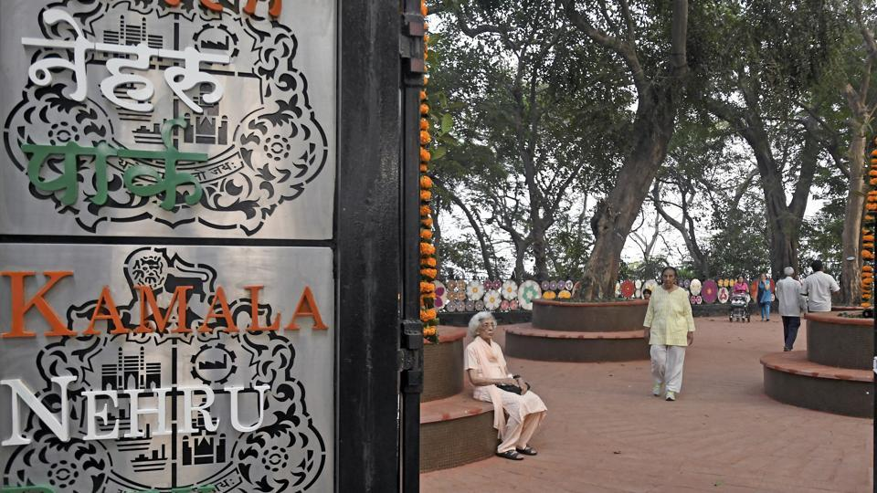 People visit Kamla Nehru Park at Malabar Hill in Mumbai. (Shashi S Kashyap/HT PHOTO)