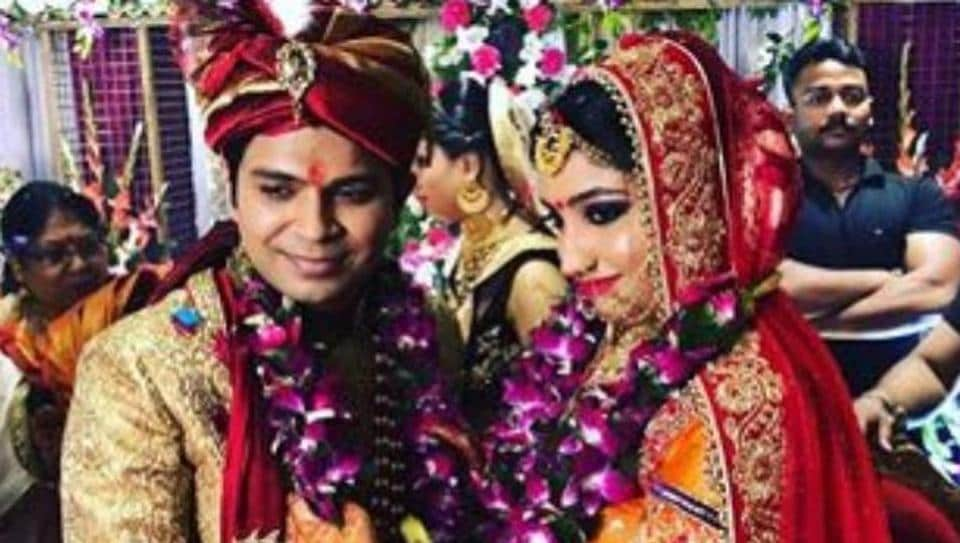 Ankit Tiwari wedding was a family affair. The singer exchanging the garlands with wife Pallavi Shukla.