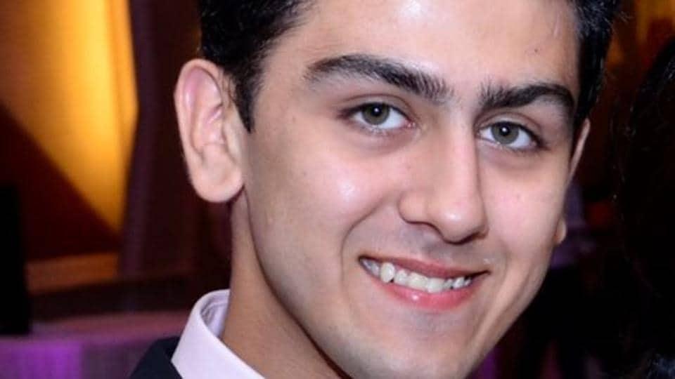 man found dead in dwarka,alleged suicide,23-year-old found dead in 2017