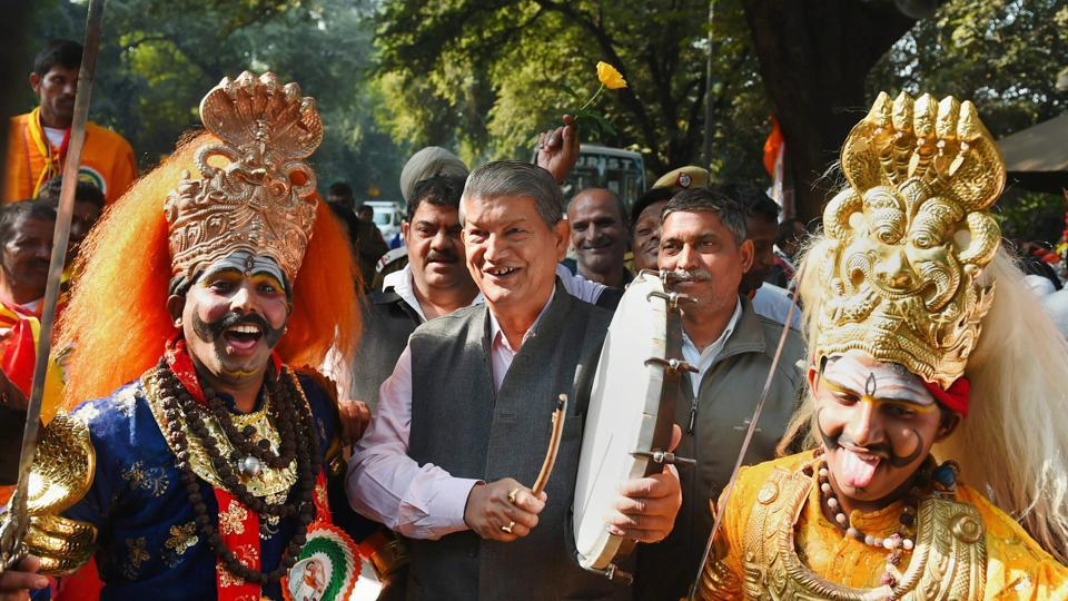 Former chief minister and Congress leader Harish Rawat with tribal artists.