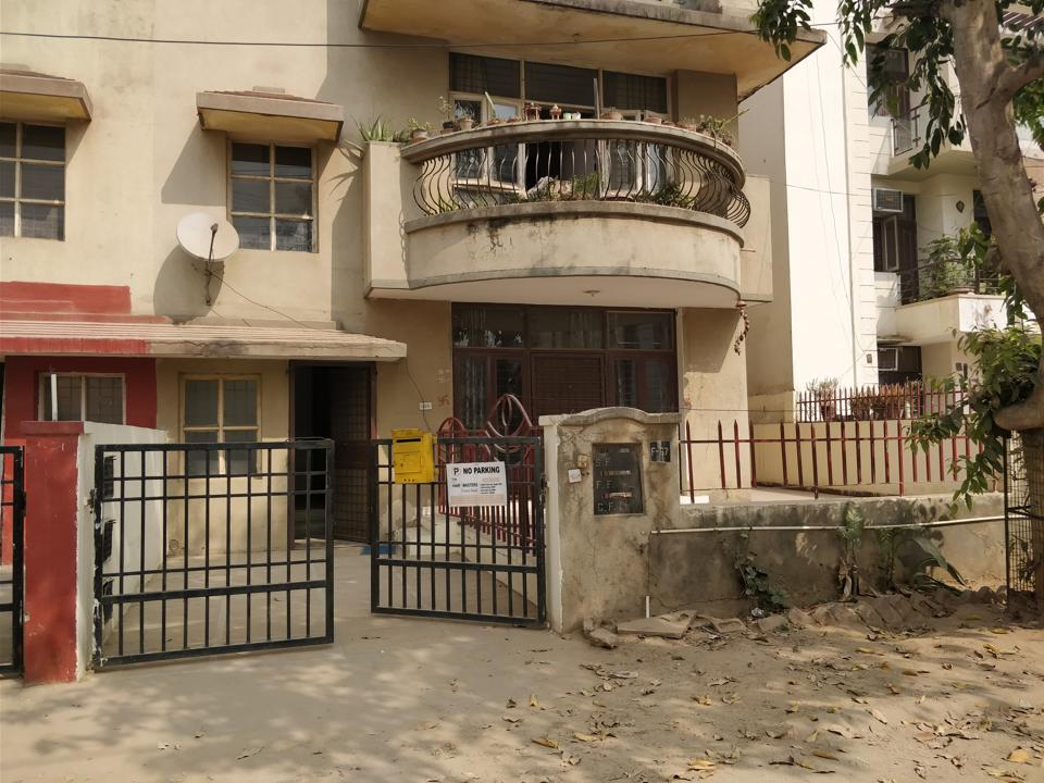 Multiple thefts from Sector 57 reported,Theives ransacked the apartments,Gold and daimond jewellery stolen
