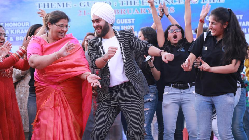 Actor Manjot Singh danced on the stage with teachers and students at Lehren 2018, the annual cultural fest of Kalindi College.