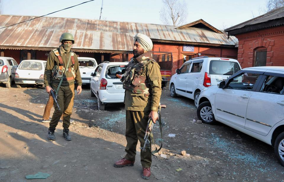 Militant killed, cop injured in Tral grenade blast