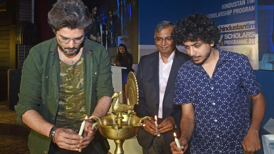 (Left to Right) Actor Raqesh Bapat, Resident Editor of Hindustan Times - Pune, Abhay Vaidya and actor Alok Rajwade inaugurate  the Hindustan Times Scholarship Programme 2017-18 by lighting the ceremonial lamp at Jawaharlal Nehru Memorial Hall, Camp in Pune. (Pratham Gokhale/HT Photo)