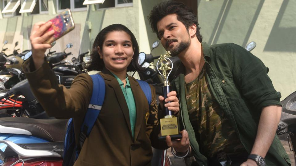 A student takes a selfie with Raqesh Bapat during Hindustan Times Scholarship Programme 2017-18 at Jawaharlal Nehru Memorial Hall, Camp in Pune. (Pratham Gokhale/HT Photo)