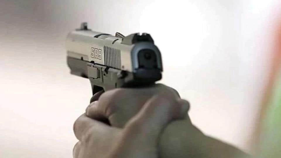 Chandigarh,restaurant manager robbed at gunpoint,Chandigar crime