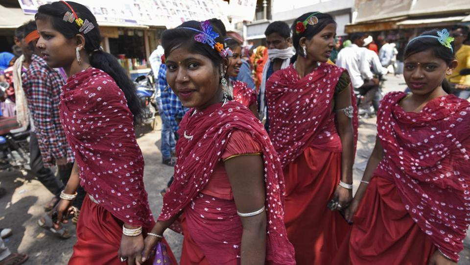 The excitement at the Bhagoria fair in Thandla town in Jhabua district this week was palpable. Young women hoping for a match could be seen dressed in identical clothes and matching jewellery to let people know they belonged to the same village, while being trailed by groups of suitors dressed in their best. (Burhaan Kinu / HT Photo)