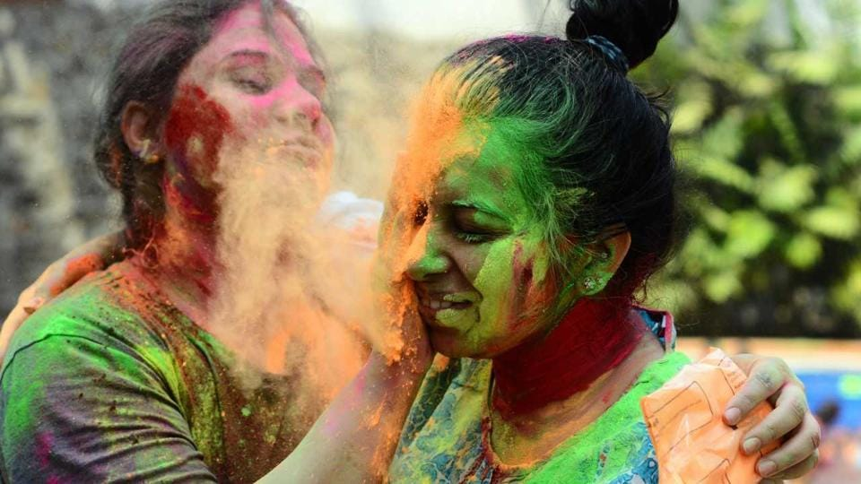 Youngsters playing Holi in the city on Friday. (shankar narayan/ht photo)