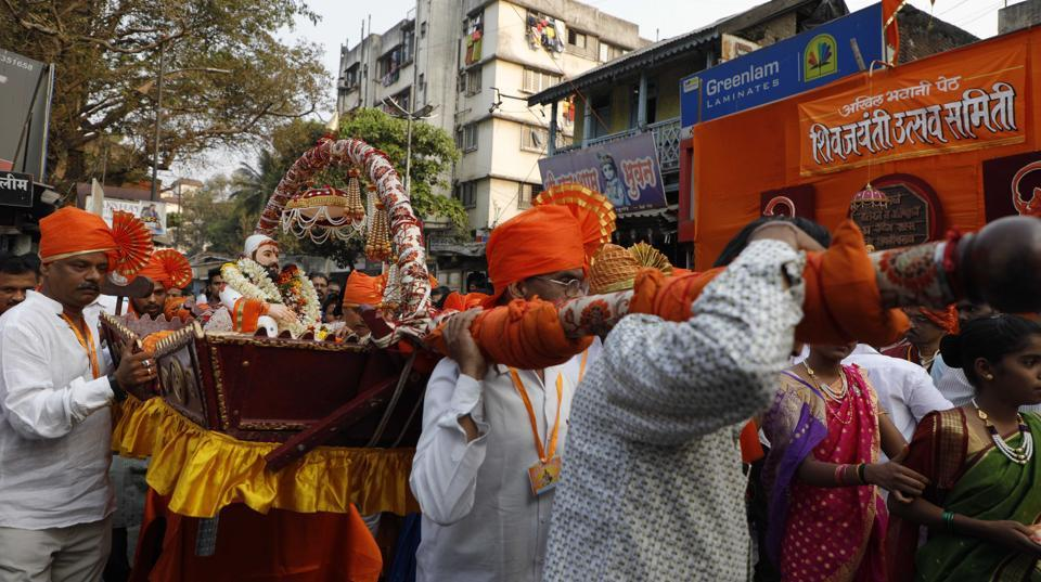 A palanquin carrying a statue of Chhatrapati Shivaji Maharaj on the occasion of Shiv Jayanthi, celebrated according to the Marathi calendar, at Nana peth on Sunday.  (rahul raut/ht photo)