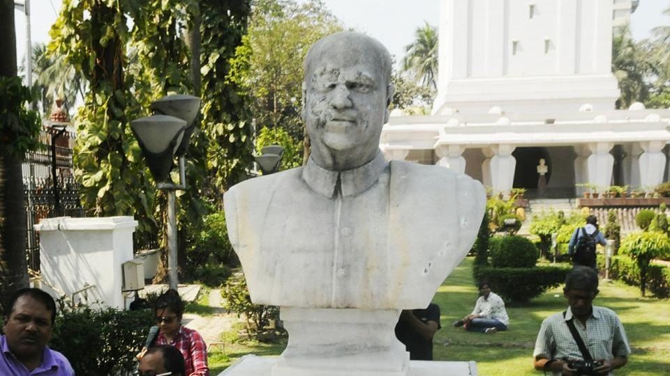 The vandalised bust of BJP ideologue SP Mookerjee in Kolkata.