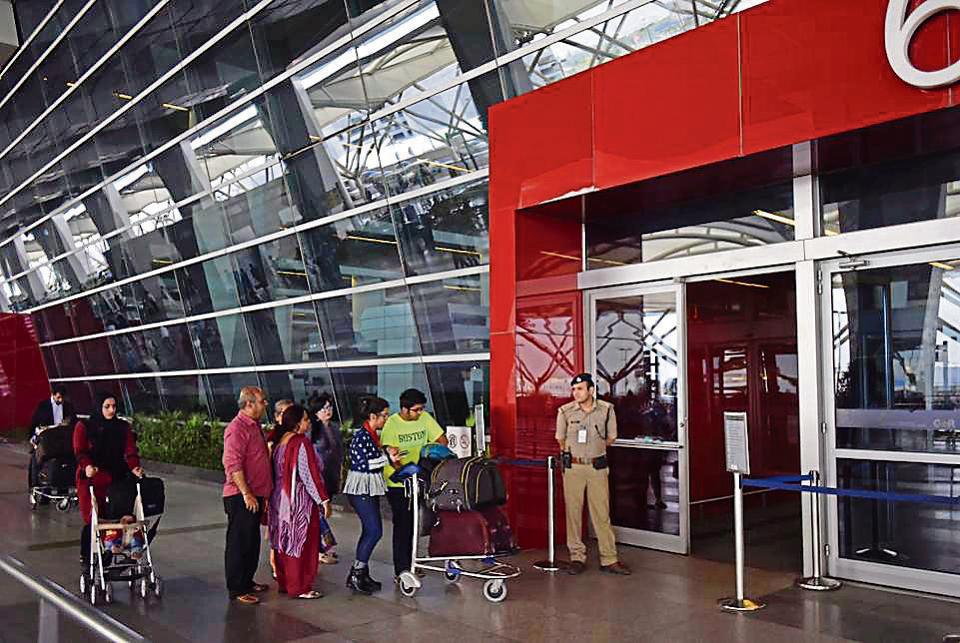 delhi airport,passenger stuck,airport trial room