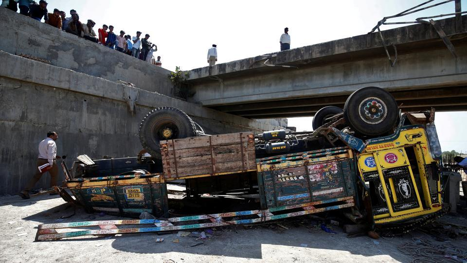 Police officers inspect the site of an accident after a truck carrying wedding party guests plunged into a dry riverbed, in Ranghola village, Bhavnagar district, Gujarat on March 6, 2018. (Amit Dave / REUTERS)