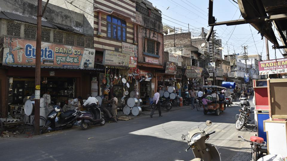 By the 1950s, the Jali Kothi neighbourhood had become a musical instruments manufacturing hub. Its busy main street, where rickshaws, cars and carts honk and jostle for space is lined with music shops, their fronts festooned with drums and a range of gleaming trumpets and euphoniums. (Sanchit Khanna / HT Photo)