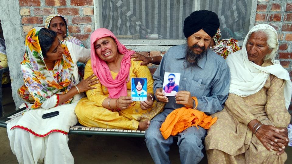 Ranjit Kaur and Balkar Singh, parents of Jatinder Singh and residents of Sialka village in Amritsar, were overcome with grief, following confirmation by external affairs minister Sushma Swaraj that he had been killed in Iraq. (Sameer Sehgal/HT)