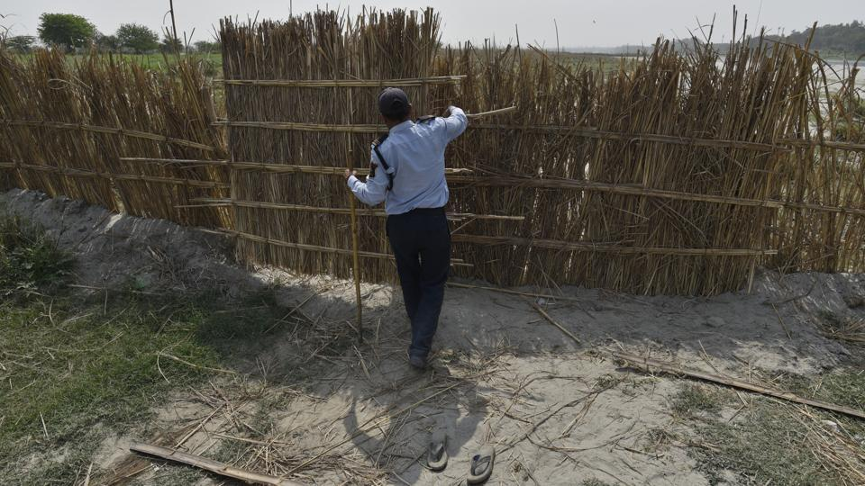 Along the Yamuna's bank in Usmanpur Pusta-2, makeshift barricades made of bamboo can be seen dividing the bank into plots stretching up to 100 meters. The guards patrolling the floodplains say each plot belongs to a different gang who gets the rights to dig out sand from a local mafia which controls the entire bank. (Sanchit Khanna / HT Photo)