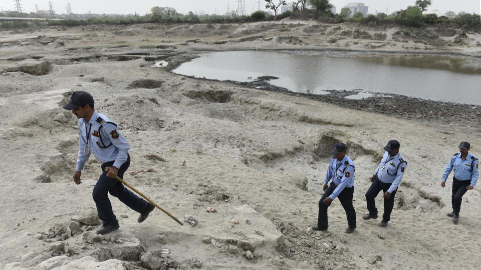 Environmentalists point out that a lack of accountability for so many cases is an abdication of responsibility by government agencies specifically directed by the NGT to stop illegal activities. Meanwhile, the guards patrolling the floodplain claim that in the absence of any visible action on the part of the police and the DDA, their morale is also at an-all time low. (Sanchit Khanna / HT Photo)