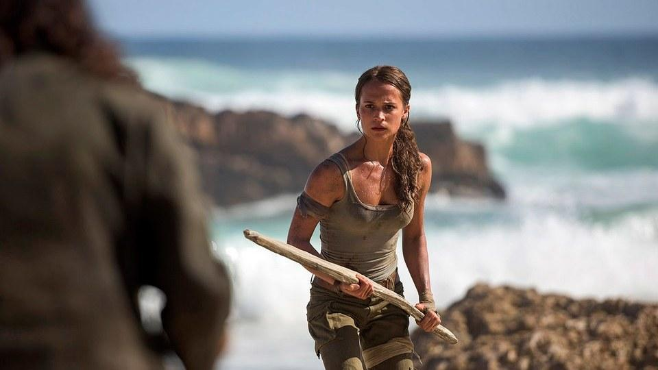 Alicia, who undergoes all sorts of challenges and ordeals playing bada*s Lara Croft was trained by world-renowned Swedish fitness expert — Magnus Lygdbäck.