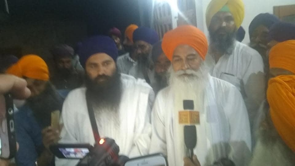 Sikh leader Amrik Singh Ajnala talking to mediapersons at Thaska Ali village in Kurukshetra as Baljit Singh Daduwal (second from left) looks on.